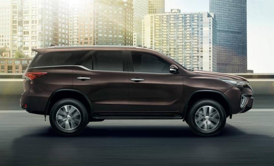 Toyota Fortuner 2016 side view